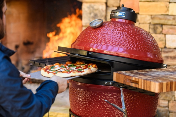 Kamado Joe Classic DoJoe Pizzaaufsatz in Aktion